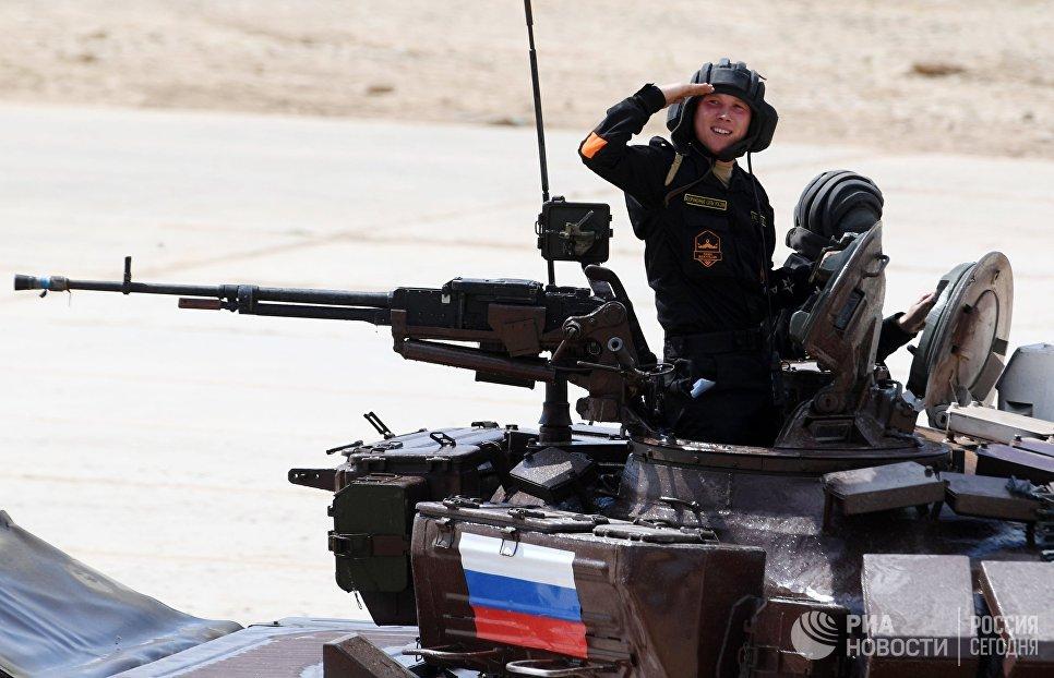 Экипаж команды Армии России участвует в индивидуальной гонке соревнований по танковому биатлону Армейских международных играх — 2017 на подмосковном полигоне Алабино