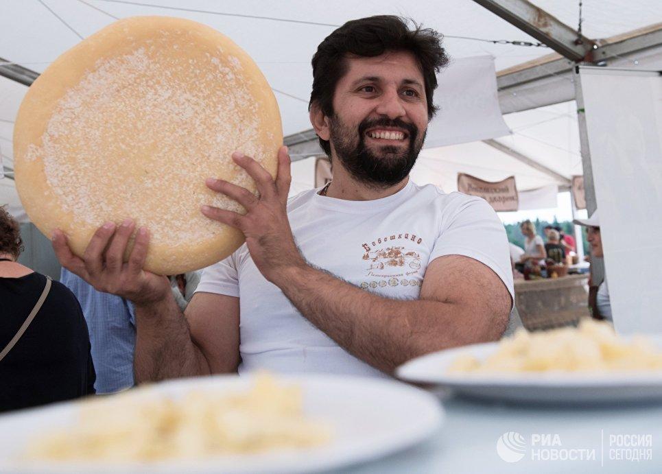 Мужчина на фестивале фермеров – сыроваров в Московской области