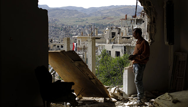 Мужчина смотрит на руины в окрестностях Дамаска после авиаударов коалиции во главе с США по позициям ИГИЛ. 18 мая 2017