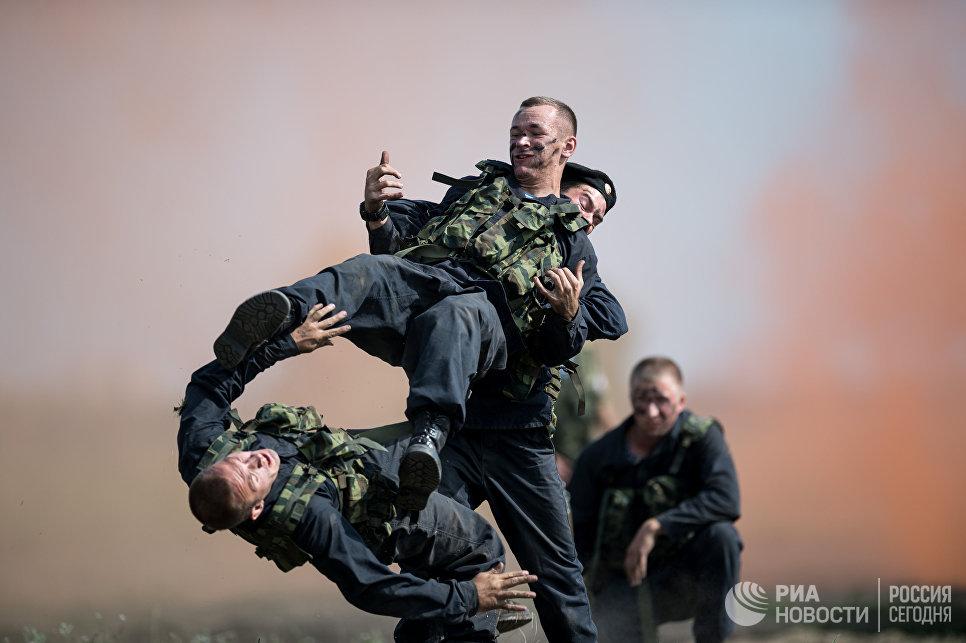Военнослужащие во время показательных выступлений на полигоне Омского автобронетанкового инженерного института