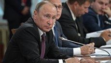 Владимир Путин во время заседания Совета при президенте РФ по развитию местного самоуправления. 5 августа 2017