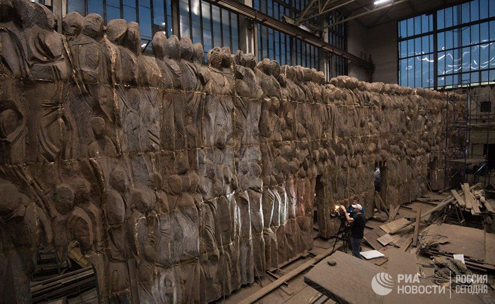 Монумент Стена скорби перед началом его транспортировки к месту установки в Москве