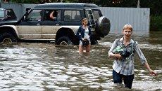 Жители на затопленной улице Уссурийска. 7 августа 2017