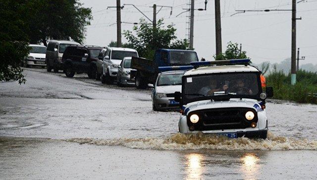 Автомобили на затопленной улице села Раздольное. 7 августа 2017