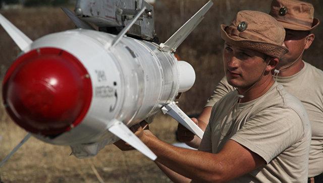 Российские военные подвешивают высокоточную ракету к самолету. Архивное фото