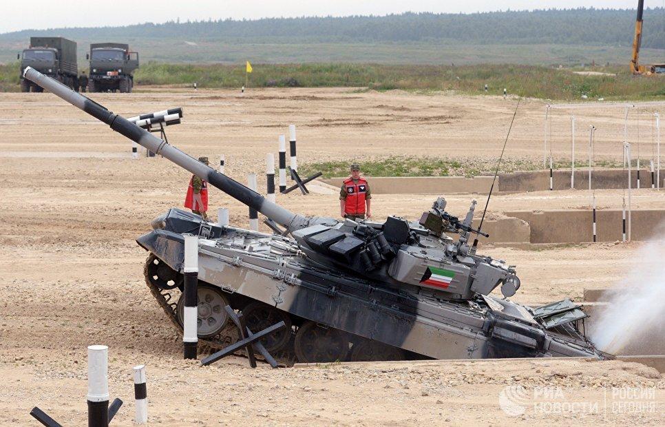 Экипаж танка Т-72 команды Кувейта на дистанции соревнований по танковому биатлону в рамках Армейских международных играх АрМИ-2017 на полигоне Алабино в Московской области