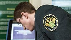 Сотрудник таможенной службы РФ в зале международного аэропорта Домодедово. Архивное фото