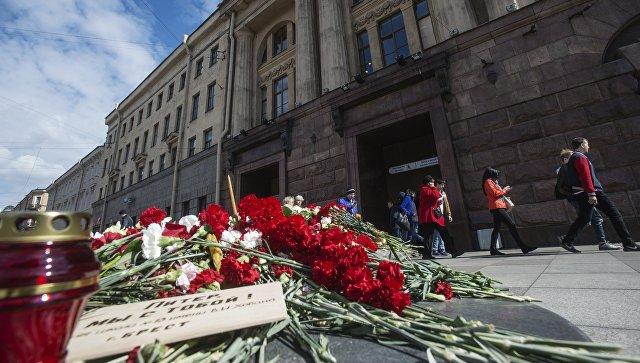 Цветы и свечи в память о жертвах террористического акта, совершенного в метро Санкт-Петербурга. Архивное фото