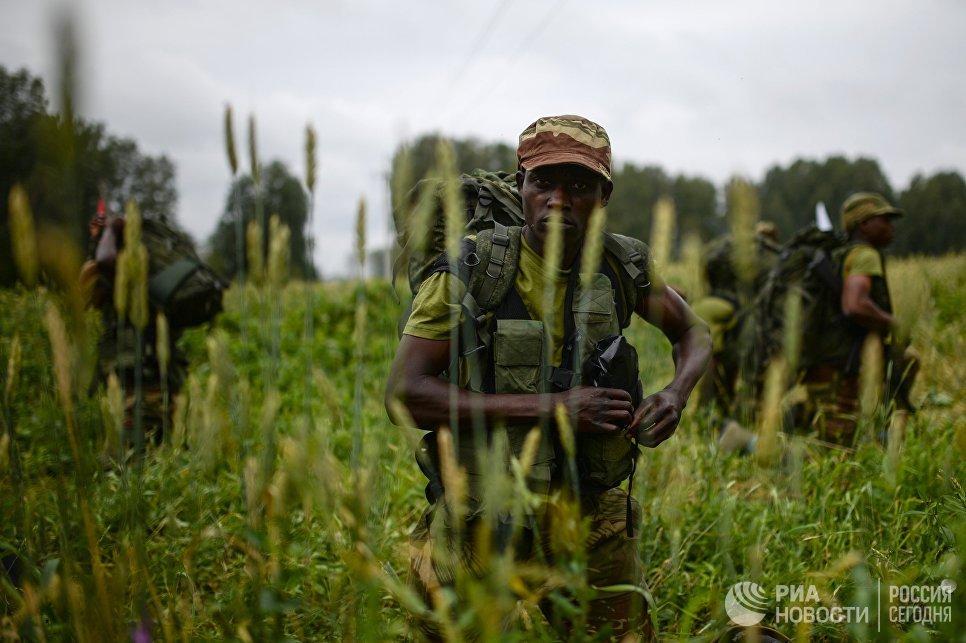 Военнослужащие вооруженных сил Зимбабве во время пятого этапа Выход разведывательного соединения в район сбора после выполнения задачи на международном конкурсе Отличники войсковой разведки Международных армейских игр