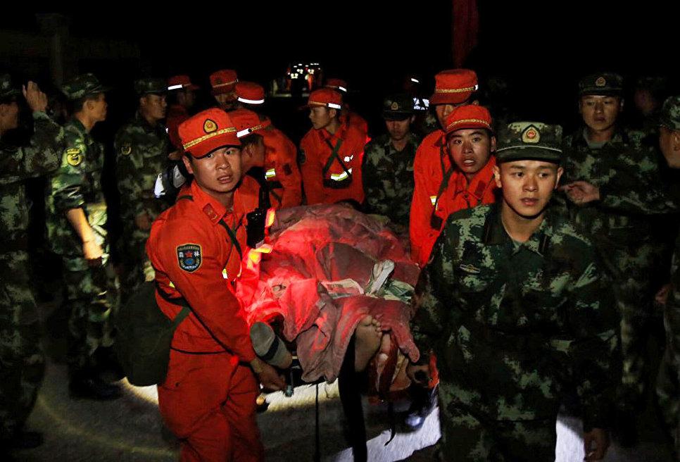 Военная полиция эвакуирует постадавших в районе землетрясения в китайской провинции Сычуань