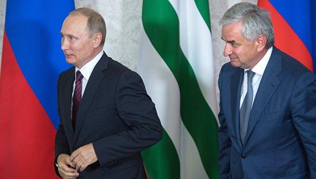 Президент РФ Владимир Путин и президент Республики Абхазия Рауль Хаджимба в Пицунде. 8 августа 2017