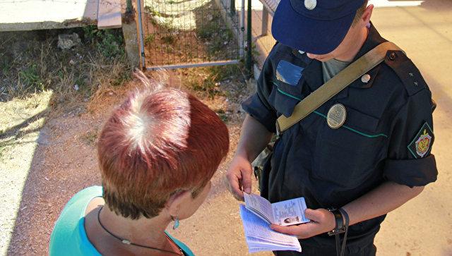 Проверка документов на границе. Архивное фото