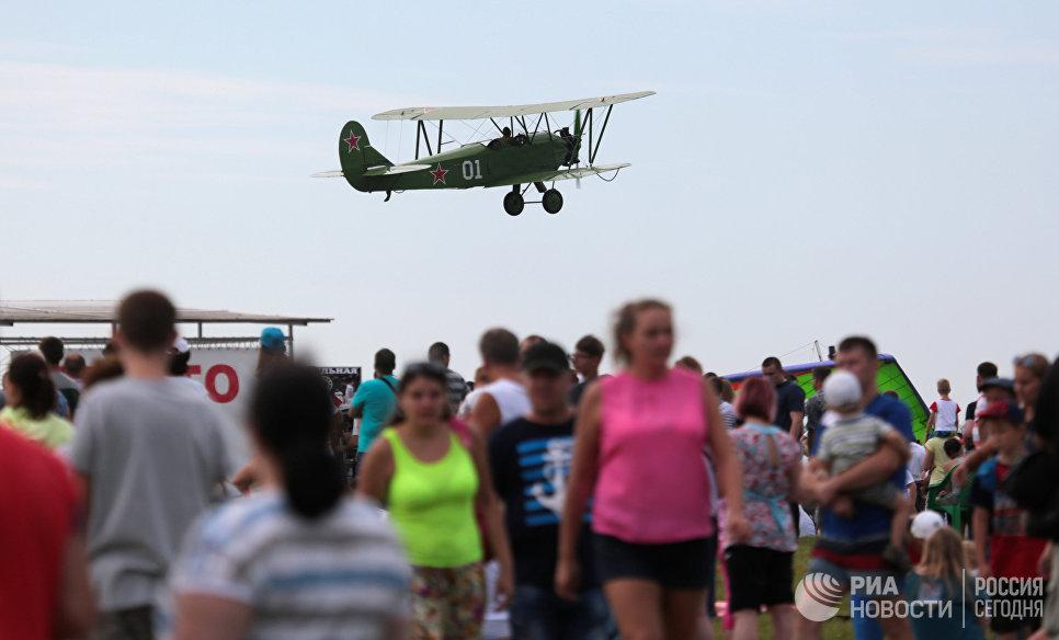 Самолет У-2 в небе во время авиашоу Взлетай, мой край родной! на аэродроме Мочище в Новосибирской области