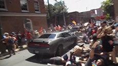 Автомобиль въехал в толпу в американском Шарлоттсвилле. Кадры инцидента