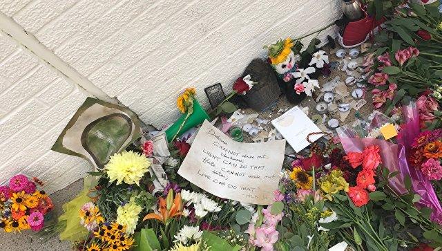 Цветы на месте наезда автомобиля на людей в американском городе Шарлоттсвилл