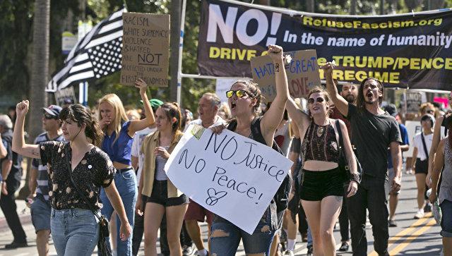 Демонстранты, осуждающие ненависть и расизм, в центре Лос-Анджелеса. 13 августа 2017 года