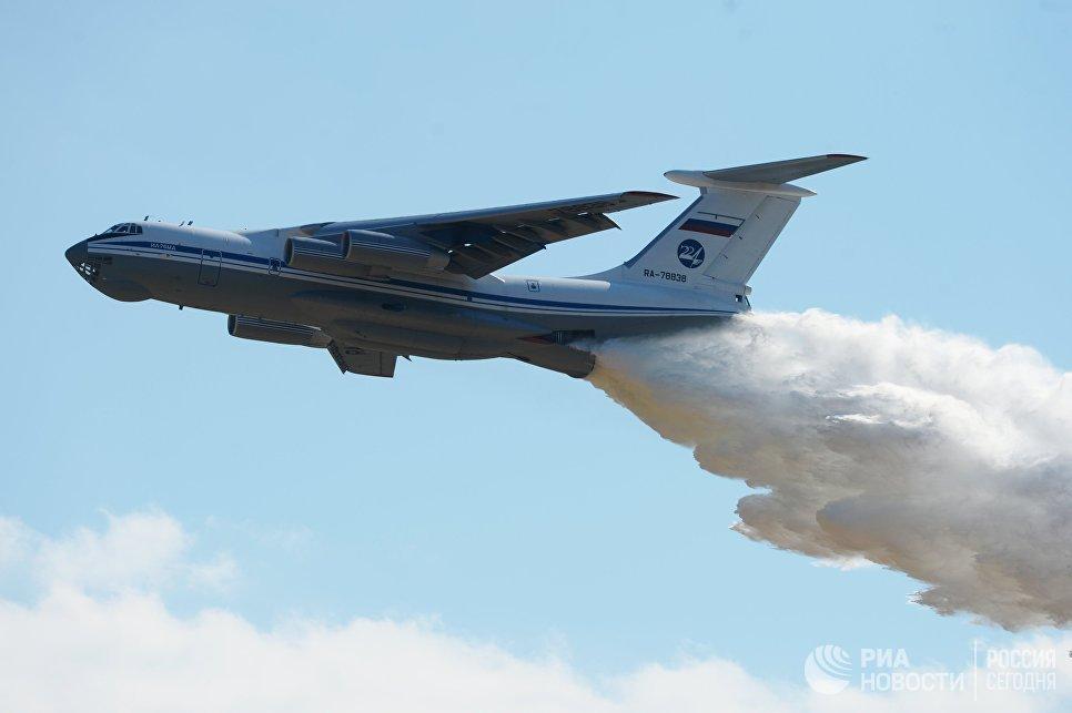 Тяжёлый военно-транспортный самолёт Ил-76 МД во время воздушного парада на авиационном фестивале Форсаж-2017, посвященном 105-летию создания Военно-воздушных сил России.