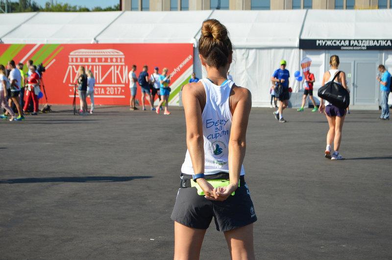 Перед забегом состоялась традиционная разминка. Одни бегуны разминались в толпе, другие – в одиночку, настраиваясь на жаркий во всех смыслах слова бег.