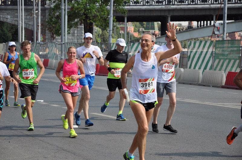 Жара и ремонт улиц в Москве стали дополнительными трудностями для бегунов, но они преодолевали их с улыбкой.