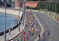 Эти люди бегут еще первую половину полумарафона – вторая проходила по соседней полосе. Впереди еще большая часть длинной и тяжелой дистанции. Многие добегут до конца и запомнят этот день на всю жизнь!