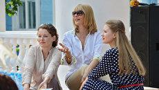 Актрисы Анна Астраханцева (слева) и Анна Леванова (справа) общаются с режиссером Верой Глаголевой во время встречи съемочной группы фильма Две женщины с журналистами. Архивное фото