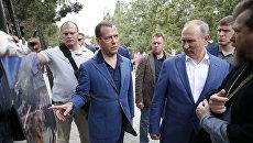 Президент РФ Владимир Путин и председатель правительства РФ Дмитрий Медведев во время посещения музея-заповедника Херсонес Таврический. 18 августа 2017