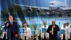Заместитель председателя правительства РФ Дмитрий Рогозин выступает на торжественном мероприятии по случаю 85-летия авиазавода в Воронеже. 19 августа 2017