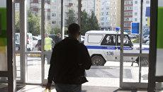 Автомобиль отдельного батальона патрульно-постовой службы полиции у входа в здание Сургутской клинической травматологической больницы