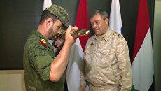 Сирийский генерал поцеловал врученное ему наградное оружие от Минобороны РФ