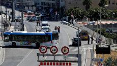 Полицейские на месте наезда автомобиля на автобусные остановки в Марселе. 21 августа 2017