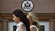 Вывеска у входа в здание посольства США в Москве