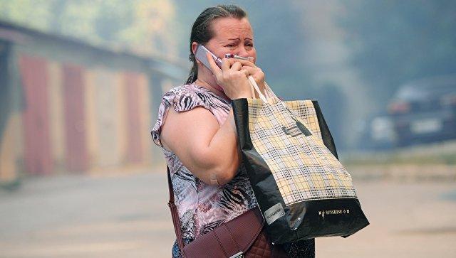 Женщина в жилом секторе Ростова-на-Дону, где сотрудниками МЧС России проходит ликвидация пожара. 21 августа 2017