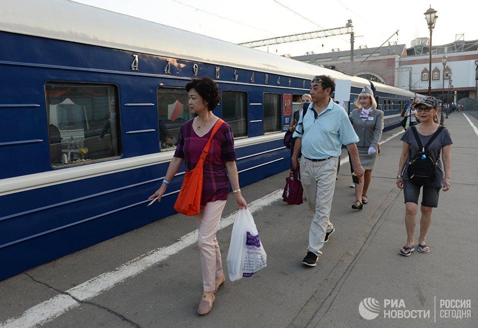 Пассажиры туристического поезда Императорская Россия перед отправлением с Казанского вокзала по маршруту Москва - Пекин