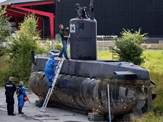 Полицейские офПолицейские обследуют частную подлодку Nautilus в порту Копенгагена, Дания. 13 августа 2017бследуют частную подлодку Nautilus в порту Копенгагена