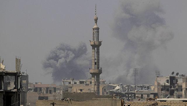 Дым после авиадура в Ракке, Сирия
