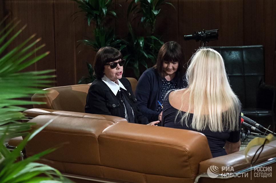 Французская певица Мирей Матьё во время интервью в аэропорту Шереметьево