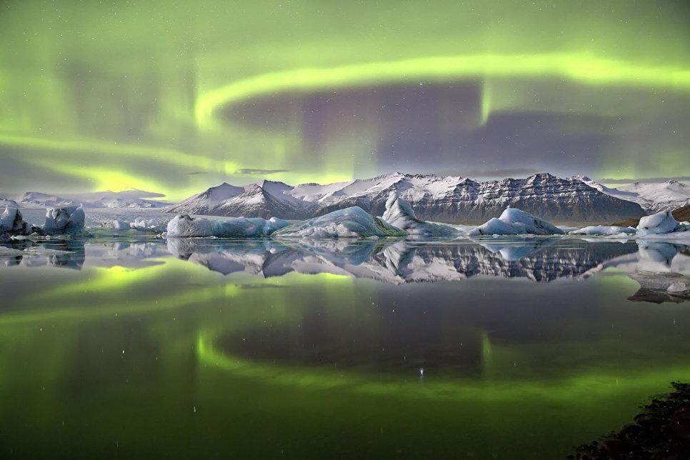 Северное сияние над ледниковой лагуной
