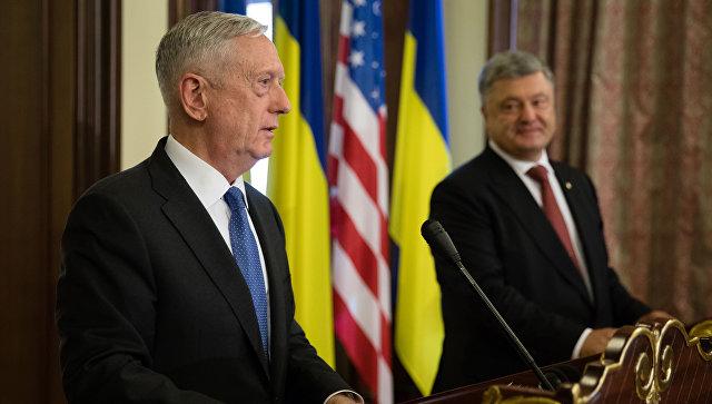 Министр обороны США Джеймс Мэттис во время совместной пресс-конференции с Петром Порошенко в Киеве. Архивное фото