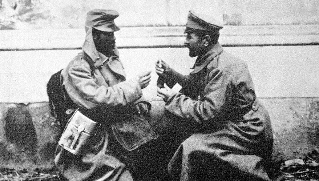 Братание австрийского и русского солдата на фронтах Первой мировой войны. 1917 год