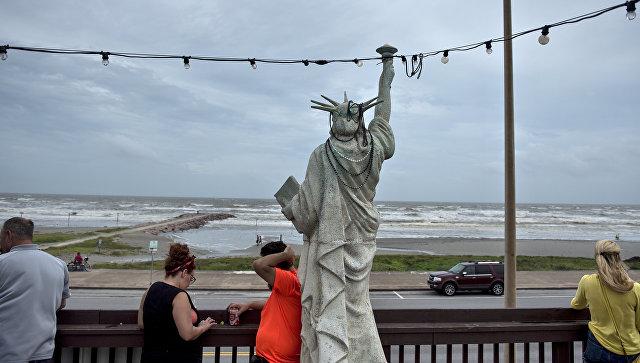 Вид на Мексиканский залив после урагана Харви в Галвестоне, штат Техас