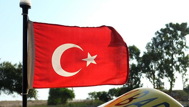 Флаг Турции на катере в Анталье. архивное фото