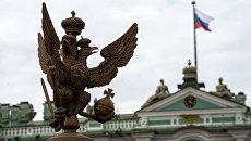 Двуглавый орел на ограде Александровской колонны на Дворцовой площади в Санкт-Петербурге. Архивное фото