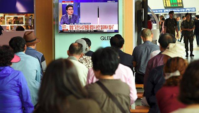 Трансляция новостей о новом пуске северокорейской ракеты в Сеуле. 29.08.17
