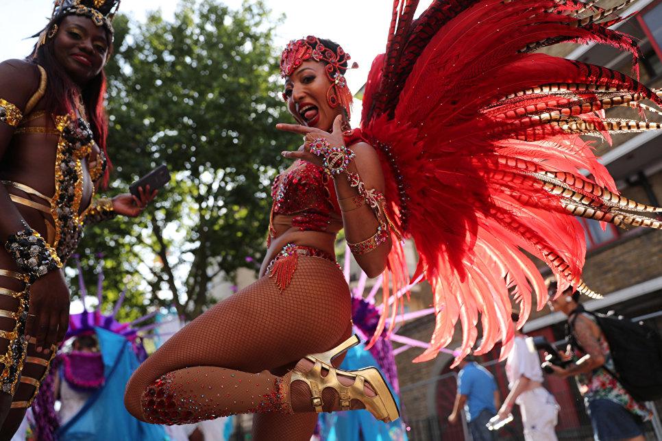 Участницы ежегодного карнавал в лондонском районе Ноттинг-Хилл