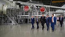 Заместитель председателя правительства РФ Дмитрий Рогозин во время посещения АО 123 авиаремонтный ремонтный завод в Старой Руссе Новгородской области. 29 августа 2017