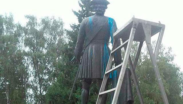 Памятник Петру I в музее-заповеднике Поле Полтавской битвы в  Полтаве, облитый краской. 29 августа 2017