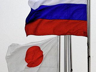 Государственные флаги России (справа) и Японии. Архивное фото
