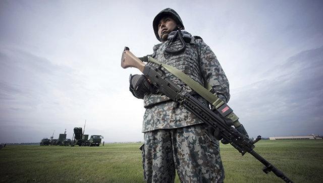 Военнослужащий сил самообороны Японии во время учений ПВО. 29 августа 2017
