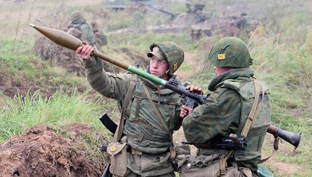 Бойцы готовят к выстрелу ручной гранатомет. Архивное фото