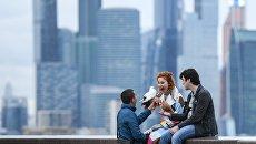 Молодые люди на смотровой площадке в Москве. Архивное фото